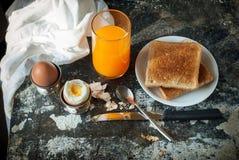 Arancia Juice Toasts Spoon Rustic degli uova sode di fila Fotografia Stock