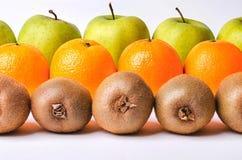 Arancia, kiwi e mele nelle file Immagini Stock Libere da Diritti