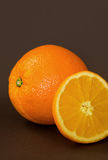 Arancia matura sulla tavola Fotografie Stock