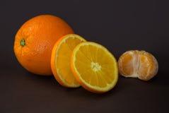 Arancia matura sulla tavola Fotografia Stock Libera da Diritti