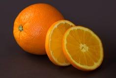Arancia matura sulla tavola Immagine Stock Libera da Diritti