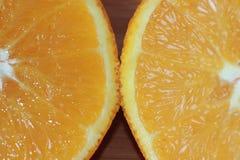 Arancia navel tagliata dentro a metà fotografia stock libera da diritti