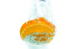 Arancia nella spruzzata dell'acqua Fotografia Stock