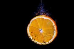Arancia su un fondo nero Immagine Stock