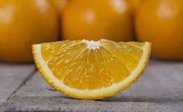 Arancia succosa isolata sulla tavola di legno Fotografia Stock Libera da Diritti