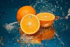 Arancia succosa in spruzzo di acqua fotografia stock libera da diritti