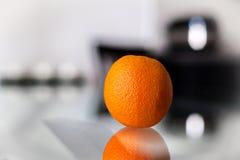 Arancia sulla tavola di vetro Fotografia Stock