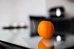 Arancia sulla tavola di vetro Fotografie Stock Libere da Diritti