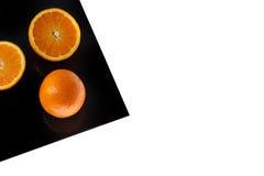 Arancia sullo strato nero isolato su bianco fotografia stock libera da diritti