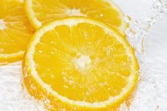 Arancia tagliata fresca sotto la corrente dell'acqua immagine stock libera da diritti