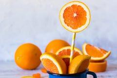 Arancia in una tazza dello smalto Immagine Stock Libera da Diritti