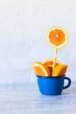 Arancia in una tazza Posto nel testo Immagine Stock