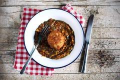 Arancini充塞了与森林蘑菇蔬菜炖肉的意大利米饭团 免版税库存图片