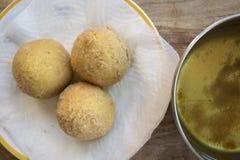Arancini που τηγανίζεται σισιλιάνο στο ελαιόλαδο Στοκ φωτογραφίες με δικαίωμα ελεύθερης χρήσης