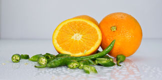 Arancio con i peperoncini rossi Fotografia Stock Libera da Diritti
