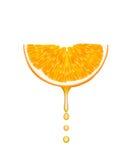 Arancio con le gocce di caduta della spremuta. Immagine Stock