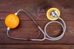 Arancio con lo stetoscopio Immagini Stock Libere da Diritti