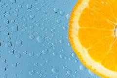 Arancio con molte gocce dell'acqua Immagini Stock Libere da Diritti