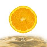 Arancio con una goccia. Fotografie Stock Libere da Diritti