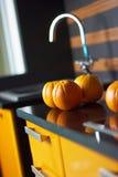 Arancio in cucina sulla tabella Fotografie Stock Libere da Diritti