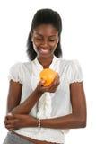 Arancio della holding della donna dell'afroamericano Fotografie Stock Libere da Diritti
