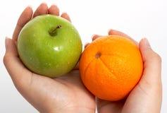 Arancio e mela Fotografie Stock Libere da Diritti