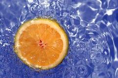 Arancio fresco in acqua Immagini Stock Libere da Diritti