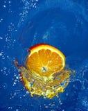 Arancio fresco in acqua fotografia stock libera da diritti