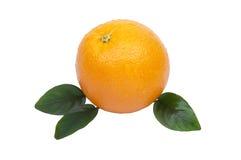 Arancio fresco con i fogli isolati su bianco Fotografia Stock