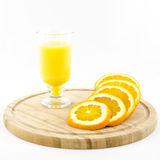 Arancio - frutta e succo sul bordo di legno Fotografia Stock