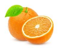 Arancio isolato Una intere frutta e metà arancio isolate su fondo bianco Fotografia Stock