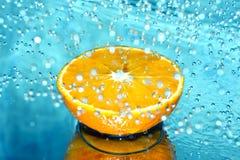 Arancio nella spruzzata dell'acqua Immagini Stock Libere da Diritti