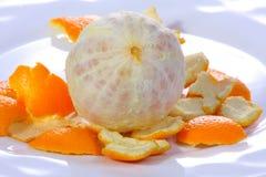 Arancio sbucciato su una zolla. Fotografia Stock