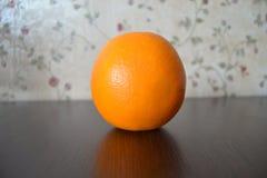 Arancio su priorità bassa nera fotografia stock