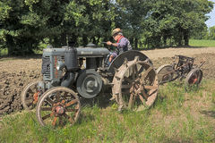 Arando con il vecchio trattore Immagine Stock
