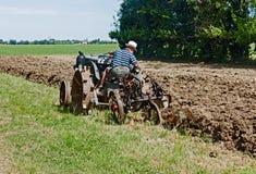Arando con un vecchio trattore Immagine Stock Libera da Diritti
