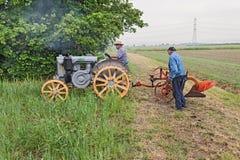 Arando con un vecchio trattore Fotografia Stock Libera da Diritti