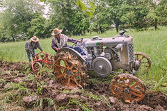 Arando con un vecchio trattore Immagini Stock