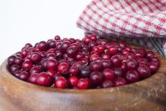 Arandos das bagas em um prato feito a mão de madeira Fotografia de Stock