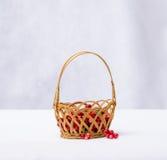 Arandos em uma cesta de vime em um fundo branco Foto de Stock Royalty Free