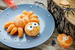 Aranha do mandarino, ideia da arte do alimento do divertimento para crianças imagem de stock royalty free