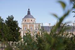 Aranjuez, Espanha; 12 de novembro de 2018: Porta e jardim dos acess da fachada do lado do palácio real imagem de stock