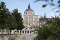 Aranjuez, Espanha; 12 de novembro de 2018: Porta e jardim dos acess da fachada do lado do palácio real imagens de stock royalty free