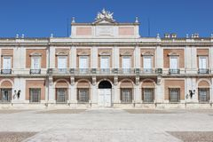 Aranjuez, Spanien; Am 12. November 2018: Seitenfassade acess Tor des königlichen Palastes lizenzfreies stockfoto