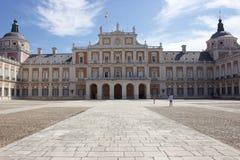 Aranjuez, Spanje; 12 november, 2018: Koninklijke paleis hoofdvoorgevel acess royalty-vrije stock afbeeldingen