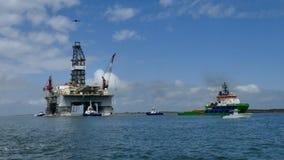 ARANSAS PORTUARIO, TX - 5 DE MARZO DE 2017: Plataforma de la perforación petrolífera que es remolcada en canal al Golfo de México almacen de video