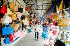 Aranyaprathet, Ταϊλάνδη: Οι πελάτες επιλέγουν μια τσάντα καταστημάτων τσαντών. Στοκ εικόνα με δικαίωμα ελεύθερης χρήσης