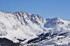Arapahoehandfat Ski Area Blue Bird Day: Sikter från det Loveland passerandet, Colorado arkivbilder