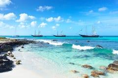 Arashi海滩阿鲁巴加勒比海小船筏潜航的绿松石水 图库摄影