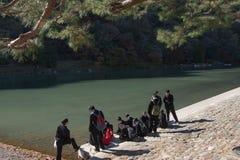 Arashiyama, Ιαπωνία 27 Νοεμβρίου 2015: Ομάδα σπουδαστή κοντά στον ποταμό Στοκ Εικόνες